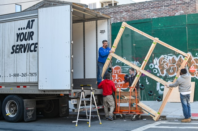 The Benefits of Using Movers Who Offer packing Services